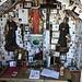 Kapelle, gut gefüllt mit Sterbekarten.