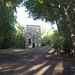 <b>A 180 m di distanza dall'oratodio, in direzione ovest, si trova la Torre di Redde o di San Clemente, di origine medievale, attestata in un documento del 1310 come appartenente alla famiglia Rusca. Faceva parte di un complesso abitato comprendente un villaggio, Redde, la casa-fortezza e la chiesa. </b>