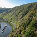 Der Calmont Klettersteig quert den steilsten Weinberg Europas. Oben rechts im Bild stehen Leute in der Warteschlange