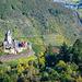 Cochemer Burg, gesehen von der Hubertushöhe. Erst hielt ich das Rot an der Burg für Wein, dann dachte ich es wäre gestrichen, aber dann war es doch Wein.