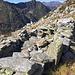 Die Trümmer der Alp d'Uria, auf etwa 2020 m unterhalb des Piz d'Uria gelegen