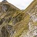 Hier geht es nun bissel ausgesetzt entlang des Kar-Runds zwischen Schuenegg und Brisen/Hoh Brisen ...