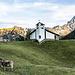Heile Welt mit der Bergkapelle Gitschenen und zwei aufmerksamen Kühen.