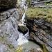 Tiefer im Tal gräbt sich die Kuhflucht eine kleine Klamm durch den Fels