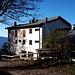 <b>Rifugio Campiglio (1158 m).<br />Acquistato nel 1916 da Antonio Campiglio, l'Alpe Pradecolo nasce come alpeggio estivo per le mandrie provenienti dall'allevamento di Corsico (MI), località di residenza della famiglia.</b>