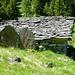 Alpe di Marcri (Canva) - Stall mit Steinzaun