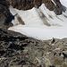 Im Abstieg vom Großen Piz Buin (Piz Buin Grond) - Nachdem wir uns wieder durch Schutt und Blöcke geschlängelt haben, ist die Buinlücke gleich erreicht. Dort ist auch ein Berggänger zu erkennen.