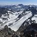 Großer Piz Buin (Piz Buin Grond) - Ausblick am Gipfel, u. a. zur Dreiländerspitze und auf den darunter gelegenen Vermuntgletscher.
