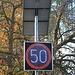 Zu schnell: Zum Glück kein Radar, nur eine blinkende Geschwindigkeitsanzeige
