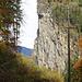 Steile Felswände und oben führt der Wanderweg durch. In der Vergrößerung sieht man oben rechts noch eine Gebäude der Burg Hohenrätien.
