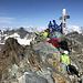 Großer Piz Buin (Piz Buin Grond) - Um das Gipfelkreuz sind etliche andere Berggänger versammelt. Sogar ein kleines HIKR-Treffen wäre möglich gewesen, wie wir im Nachhinein erfahren ;-). <br /><br />Falls sich trotz windbedingter Vermummung jemand erkennt, der nicht erkannt sein möchte: Bitte per Kommentar oder Nachricht melden.