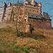 Die Burg Eltz liegt auf einem schmalen Grat über einer Schleife des Elzbaches.