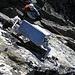 Auf dem Gipfel Witenwasserenstock 3082m. Zuoberst hängt ein fies montierter Gipfelbuch-Kasten. So nach dem Motto: Komm hoch und berühre mich, wenn Du kannst...