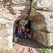 Spontan haben sich die Onzée des Bois und ihr Ritter Nik einen gemütlichen Unterstand in den weichen Sandstein der Bourg gemeisselt.