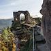 Besonders eindrucksvoll sind die über eine Brücke erschlossenen Bauten auf einem vorgelagerten Felsenturm.