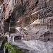 Die Oberbourg auf dem Felsen besteht aus gut erhaltenen Felsenkammern und Resten von Wohnbauten. Schön anzusehen auch die Sediment-Schichtungen im Stein.