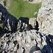 Tiefblick vom westlichsten Gratzacken der Altenalptürm auf die Abseilstelle Richtung Lötzlisalpsattel