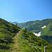 Auf schön angelegtem Pfad geht's der Kaltenberghütte entgegen. Im Talschluss macht die Satteinser Spitze auf sich aufmerksam.
