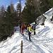 al termine degli skilift prendiamo il sentiero che si addentra a sinistra nel bosco