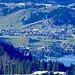 Einsiedeln mit den Schanzen und im Vordergrund der Sihlsee vom Gipfel des Chli Aubrig aus gesehen.