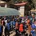 Idylle sieht anders aus: jede Menge Trekker warten am Eingang des Nationalparks, um das Permit zu erhalten.