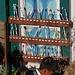 Zahnbürsten-Regal einer Schule in Namche Bazar; Ordnung muss sein!