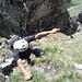 Eine Hand ins Gras gekrallt, die andere weist auf die 10 heute bisher bestiegenen Gipfel