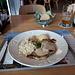 <b>L'uscita a Bivio si conclude con un menu a base di:<br />Linsensuppe<br />Salat<br />Schweinsschnitzel<br />Gorgonzolasauce mit Birnen<br />Trockenreis<br />Calanda senza.</b>