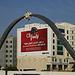 Tag 4 (27.12.) - الدوحة (Ad Dawḩah):<br /><br />Während meiner Busfahrt in Norden nach الخور (Al Khawr) traf ich am Rande auf das gigantische Denkmal an einer der Einfallstrassen ins Stadtzentrum.