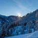 Die Sonne blinzelt über die Gipfel