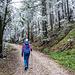 Hier sind wir ca 400 m vom Wanderparkplatz entfernt. Recht plötzlich auf ca 1000 m hat sich um jedes kleinste Detail der Vegetation, vom Heidelbeerstrauch bis zu den Nadeln den der Bäume eine (sogar recht dicke) weiße Frostschicht gelegt. Es sah anders aus als der sonst übliche Raureif und wir kamen uns vor wie in einem Märchenwald.