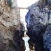 das ist das Felsentor, durch das die Dala in die Rhone fließt, oben das Tor und die Straßenbrücke