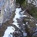 Wanderweg, die Schneeflecken lassen sich teilweise umgehen