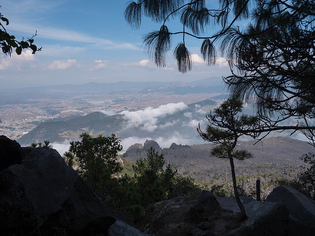 Erster Blick auf das Lavafeld beim Abstieg