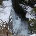 da hat sich der Wasserfall eine kleine Eisbadewanne geschaffen