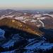 Tour vom 2.2.2020:<br /><br />Aussicht nach Osten von der Belchenflue (1098,8m). Vorne steht der Ifleter Berg (981,8m), am Horizont ist der höchste Hügel die Geissflue (962,8m). Der Gipfel in der Mitte mit der Felswand ist der Flueberg (934,9m), am rechten Bildrand steht der Dottenberg (938m).