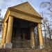 Bei Milešov - Auf einem kleinen Hügel am Ortsrand befindet sich eine Kalvarie: Während die Skulpturengruppe bereits 1740 - 1747 geschaffen wurde, erfolgte die Errichtung der Kapelle offenbar erst 1840, um das empfindliche Material zu schützen. Nachdem Kunst- und Bauwerk jahrzehntelang im Dickicht regelrecht vor sich hin gammelten, wurde 2017 deren Renovierung abgeschlossen. Heutzutage lohnt sich also der kurze Abstecher vom Wanderweg. Siehe auch hier: [https://www.pamatkovykatalog.cz/kaple-se-sousosim-kalvarie-18292175 Kaple se sousoším Kalvárie] bei pamatkovykatalog.cz.