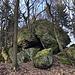 Im Aufstieg zum Lhota - Vorbei an einem Felsen mit schönen Basaltformationen.