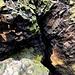 Im Aufstieg zum Lhota - Basaltformationen mit Moosen und Flechten in verschiedenen Farben. Kurzzeitig dringt sogar die Sonne nochmals bis hierher durch.