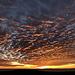 Milešovka - Blick in den Abendhimmel, während die Wolken-Flocken von unten angeleuchtet werden.