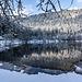Hier bietet sich mir ein prächtiger Blick auf den still in seiner Karmulde liegenden See ...