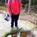Am Beckenfels. WoPo bewundert ein schönes Becken. Vermutlich heißt der Fels nach diesem Becken. Fragt sich nur: Steter Tropfen.... oder geile Blutopfer der wilden Heiden?