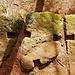 Von hier aus folgten wir nun konsequent der Mauer. Hier sieht man, wie die großen Steine einst zusammengehalten wurden. Die Quader wurden mit schwalbenschwanzförmigen Eichenholzklammern verbunden.