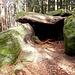 An der nächsten Ecke befindet sich die Grotte des Druides eine natürliche Grotte unterhalb der Heidenmauer - die leider, aber wenig überraschend, nichts mit Druiden zu tun hat. Wie viele der Felsen am Odilienberg ist auch hier einer den Hang hinunter und über zwei, drei andere gerutscht, wo er schließlich zum Stillstand kam.