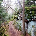 Die Mauer nutzt auch hier geschickt die natürlichen Felsbarrieren, die das Gipfelplateau umschließen.