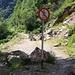 Bei der Steinwand im Verwalltal ist der kurze Wanderweg welcher das Strässchen abkürzt seit letztem Jahr immer noch gesperrt und die Felsbrocken liegen ebenfalls noch herum.