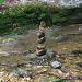 Steinmännchen im Bach. Wohl damit sich die badenden Kinder nicht verirren :-)