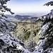 Unter uns sehen wir die schöne Kante des [http://hikr.org/dir/Karlsruher_Grat_24632/ Karlsruher Grats (753 m)], einem markant verwitterten Felsgrat aus Porphyr, den wir bald mal überkraxeln wollen. Jenseits des Grats, über die nach Westen immer kleiner werdenden Vorberge des Schwarzwalds hinweg nochmals schöne Blicke in die oberrheinische Tiefebene, die heute aber leider recht dunstig ist.