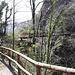 <b>Il Ponte del Farügin (ca. 330 m) è collocato presso il Buzún dal Diávul, proprio sotto la collina di San Pietro, in una zona impervia e franosa. Domina, a circa 35 metri sopra il fiume, la parte più stretta delle Gole della Breggia.</b>