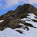 Blick vom Pass Vorder Schweifi (1980m) auf den nahezu aperen Südgrat vom Gemmenalphorn (2061,3m) dessen Gipfelwegweiser auch schon sichtbar ist.